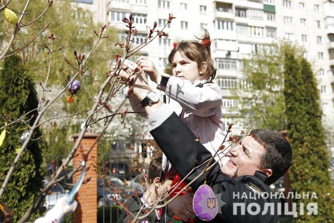 На Зарічанській діти і поліція зробили великоднє дерево