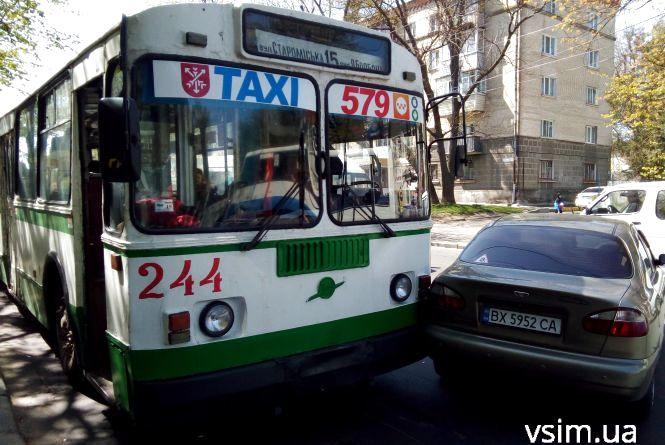 Біля філармонії тролейбус в'їхав у легковик (ФОТО)