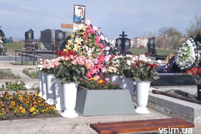 """""""Ні штучним квітам"""": як виглядають хмельницькі кладовища напередодні поминальних днів"""