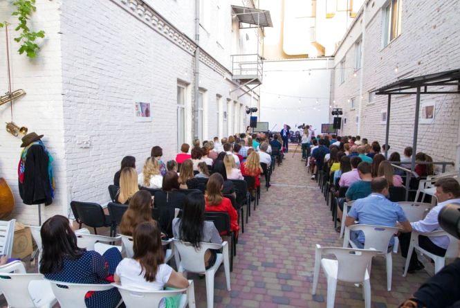 У мистецькому дворику на Проскурівській відкривається концертний сезон