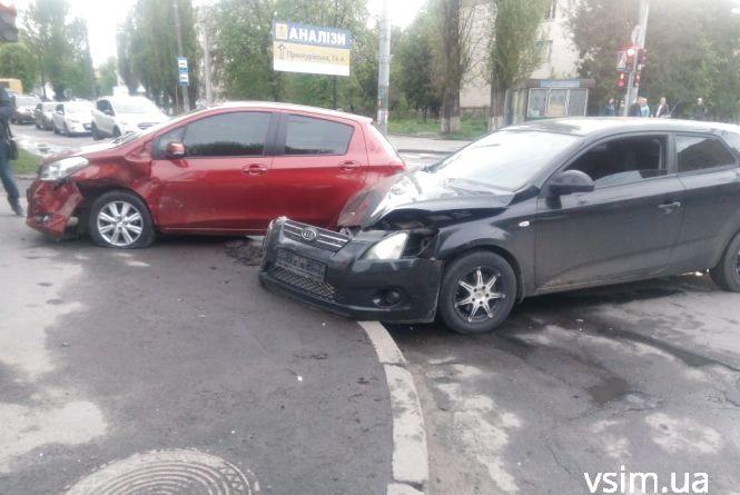 Біля міської лікарні зіткнулися «Toyota» та «Kia» (ФОТО)