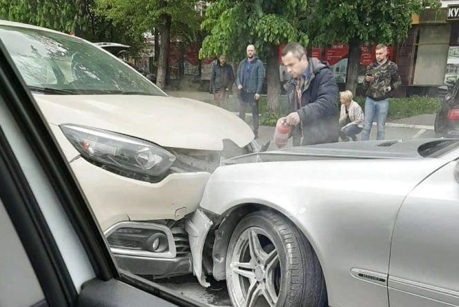 """ДТП на Зарічанській: лоб в лоб зіткнулися """"Renault"""" і """"Mercedes"""""""