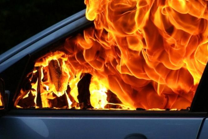 У Кам'янці-Подільському рятувальники гасили підпалений автомобіль