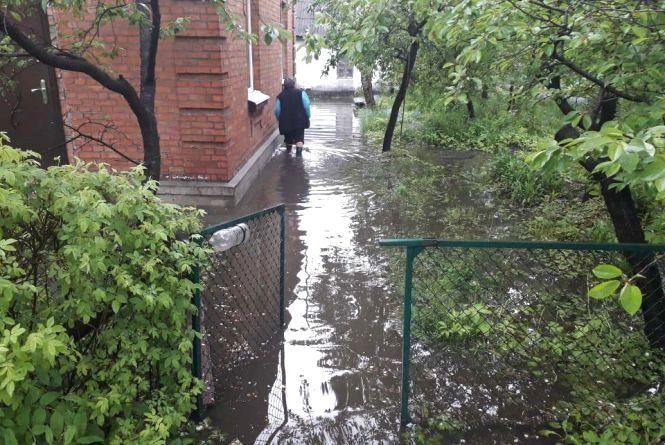 Злива затопила провулок у Дубовому (ФОТО, ВІДЕО)