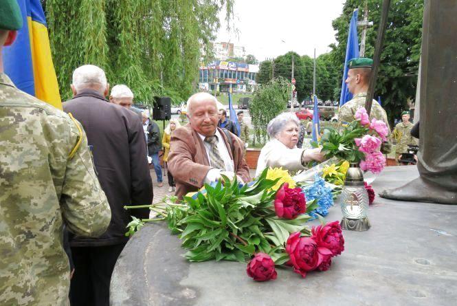 Квітами та молитвою хмельничани вшанують жертв політрепресій