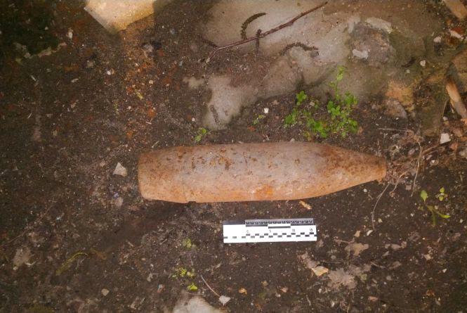У Хмельницькому посеред вулиці знайшли старий снаряд