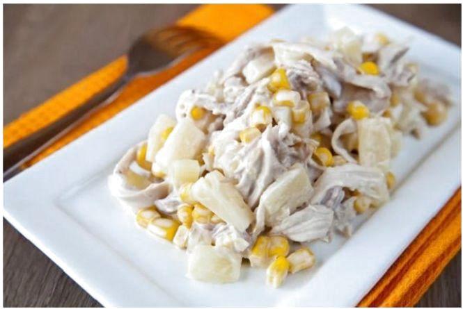 Смачний сніданок: готуємо салат з сухариками та шинкою