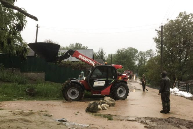 Повалені дерева, затоплені двори та 70 населених пунктів без світла: наслідки негоди на Хмельниччині