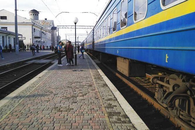 """Укрзалізниця призначила додаткові """"літні"""" потяги. Куди можна поїхати з Хмельницького?"""