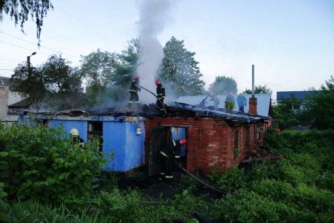 Дві бригади рятувальників гасили пожежу будинку у Хмельницькому (ФОТО, ВІДЕО)