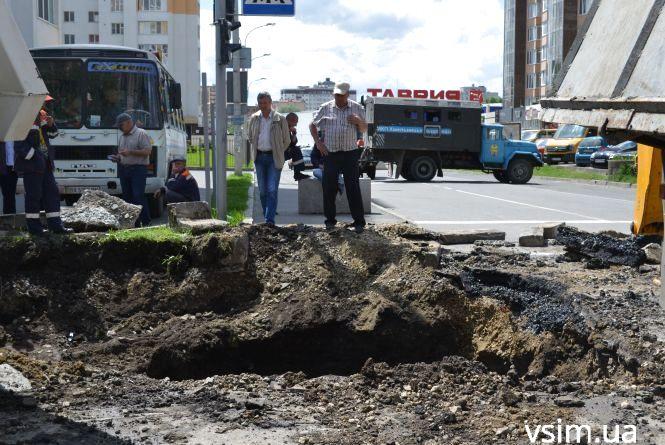 На Зарічанській через прорив каналізації обмежили рух транспорту
