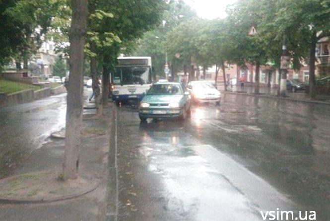 "На Кам'янецькій зіткнулися 51-й автобус і ""Volkswagen"" на литовських номерах"