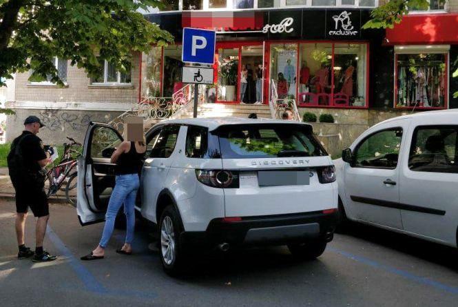 """Хмельничанку, яка не за правилами припаркувала свій """"Land Rover"""", оштрафували на 1020 гривень"""