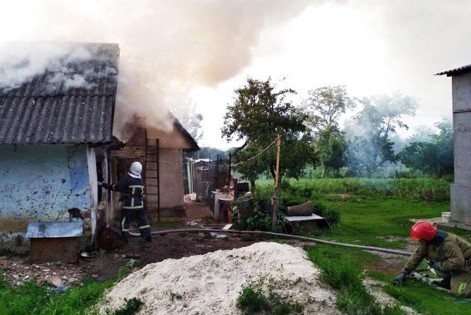 У Кам'янець-Подільському районі пожежні гасили господарську будівлю