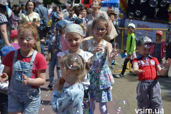 """""""Свято дитинства"""" у Хмельницькому подарувало дітям посмішки і море подарунків"""