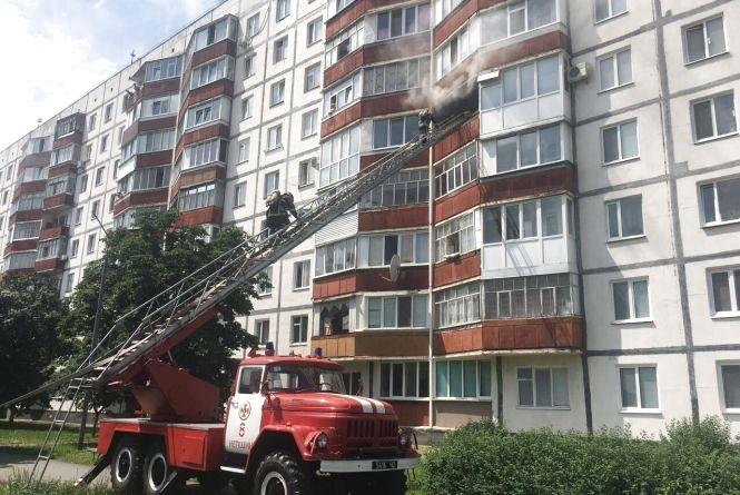 У Нетішині з палаючої багатоповерхівки врятували двох жінок та дитину (ФОТО)
