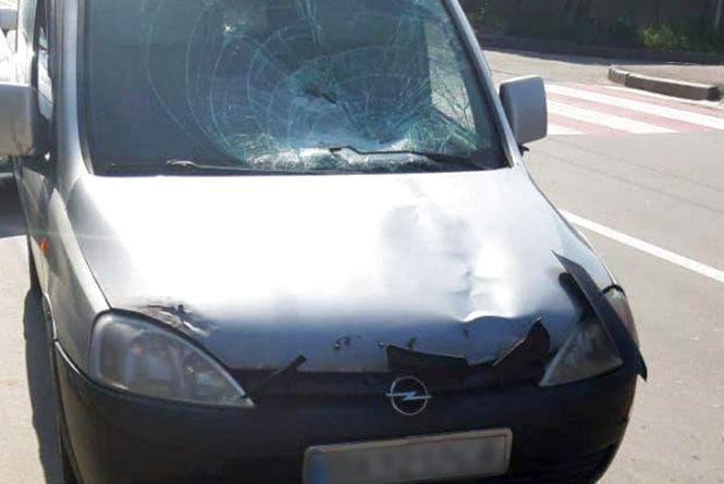 """У Хмельницькому """"Opel"""" збив жінку на """"зебрі"""". Вона в лікарні"""