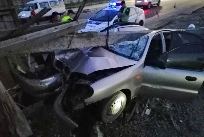 """На Прибузькій """"Daewoo"""" протаранив електроопору: травмувався водій"""