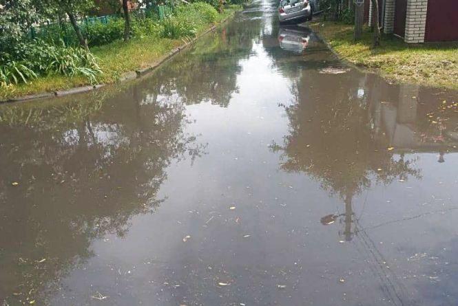 Короткочасна злива затопила вулиці Хмельницького (ФОТО, ВІДЕО)