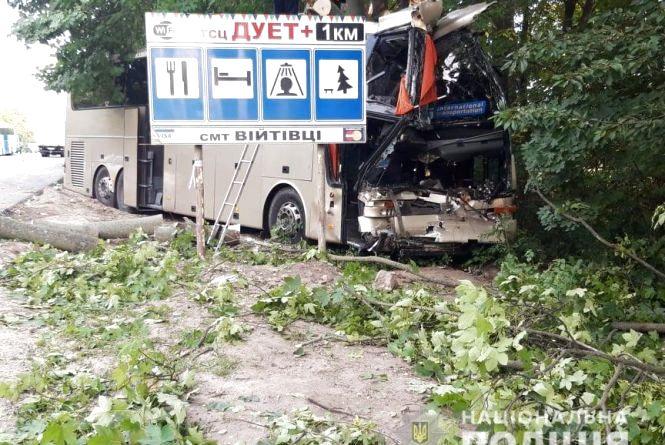Автобус з 26 пасажирами влетів у дерево біля Війтівців. Є загиблий і постраждалі