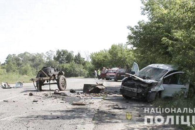 На Шепетівщині причеп відірвався від вантажівки та зіткнувся з мікроавтобусом. Двоє людей у лікарні