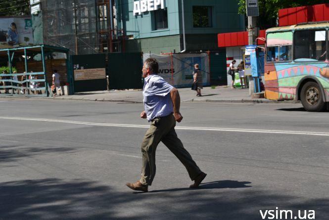 Акція «Пішохід»: біля міської лікарні за півтори години патрульні оштрафували 8 порушників (ФОТО, ВІДЕО)