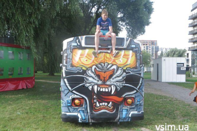 Фото дня: у Молодіжному парку встановили яскравий тролейбус (ФОТО, ВІДЕО)