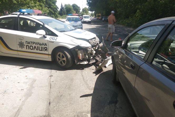 """Хмельницькі патрульні розбили службовий """"Toyota Prius"""" (ФОТО)"""
