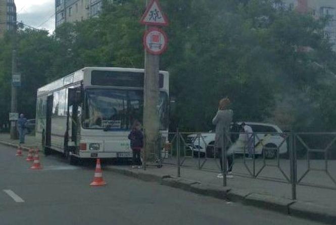 Водій автобуса знепритомнів і в'їхав у стовп на Свободи