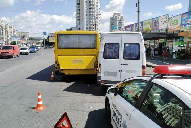 Біля Либідь Плази автобус не розминувся з маршруткою (ФОТО)