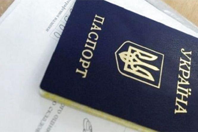 Біля залізничного вокзалу в Хмельницькому затримали жінку з фальшивим паспортом