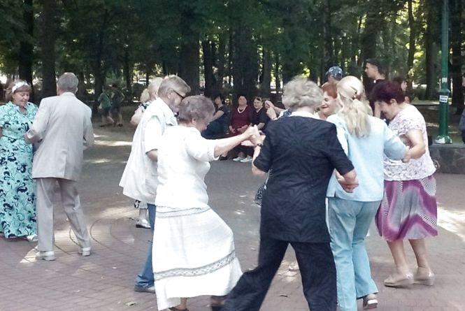 """Вечірка в стилі """"ретро"""": пенсіонерів у Хмельницькому кличуть розважитись"""