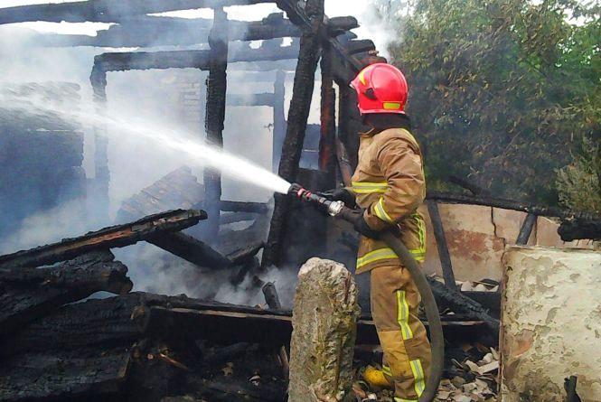 Пожежа в Ізяславському районі: блискавка влучила в дах будинку