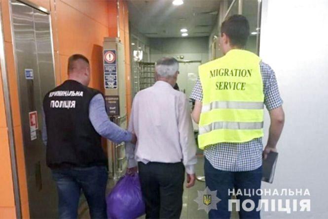 Затриманого у Хмельницькому азербайджанця з кримінальним минулим, депортували з України