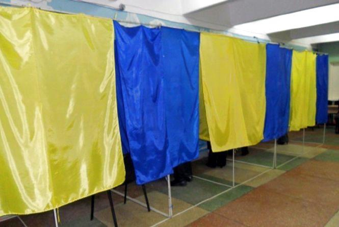 На Кам'янеччині кабінки для голосування підлатали портретами Леніна
