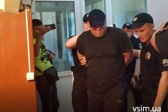 """Активісти """"Фенікса"""" облили сечею блогера, який побив атовця у Хмельницькому (ВІДЕО)"""