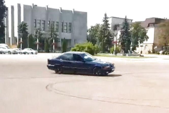 «Весільний дрифт» на майдані Незалежності: хмельницька поліція шукає порушника (ВІДЕО)