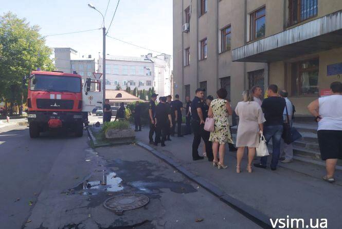 В центрі Хмельницького горів офіс. Людей спускали по драбині