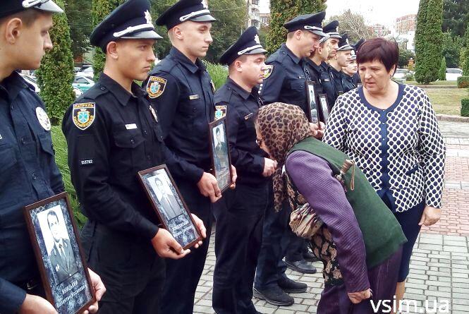 Квіти для загиблих та зброя для молодих: що відбувалося на Зарічанській (ФОТО, ВІДЕО)