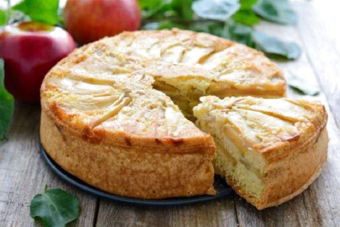 Рецепт дня. Готуємо смачну шарлотку з яблуками