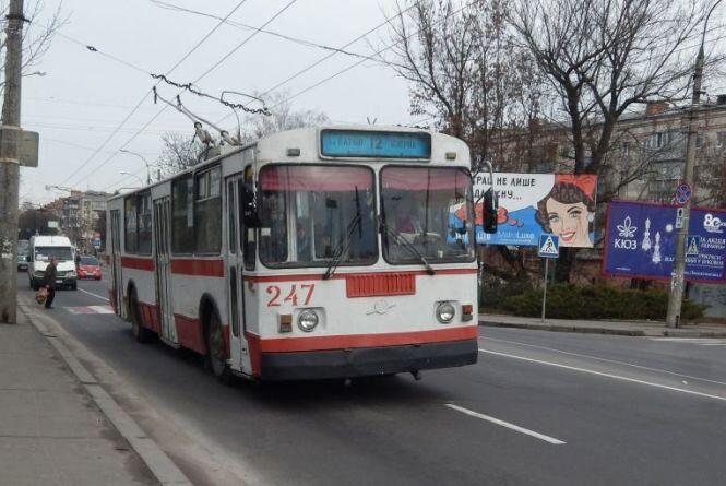 Де та за скільки придбати проїзний на тролейбус учням і студентам