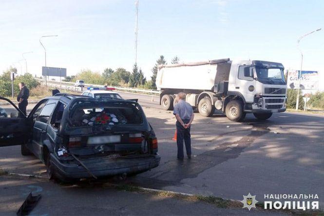 У Старокостянтинові вантажівка в'їхала у легковик: постраждала жінка