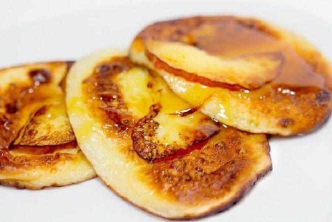 Снідаємо смачно. Як приготувати рум'яні оладки з яблуками