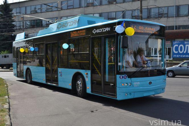 На вулиці Хмельницького виїхали нові тролейбуси. Як вони виглядають (ФОТО, ВІДЕО)