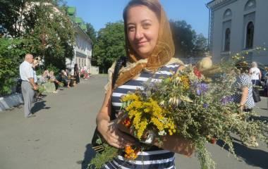 У свято Маковея хмельничани несуть до церкви польові квіти та колоски