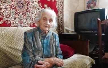 Пережила голод, війну та смерть доньки: як хмельничанка Надія у 100 років досі торти випікає та хрестиком вишиває