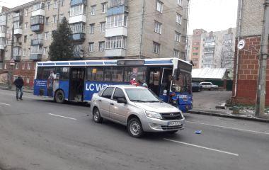 """22-ий автобус зіткнувся з легковиком. Кам'янецька """"потонула"""" в заторах"""