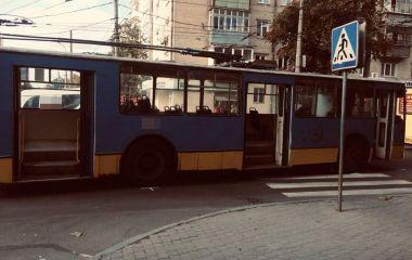 У центрі Хмельницького тролейбус збив чоловіка на переході