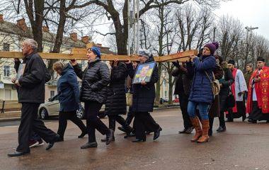 """Із хрестом на спині: у Хмельницькому відбулася """"Хода пам'яті"""""""