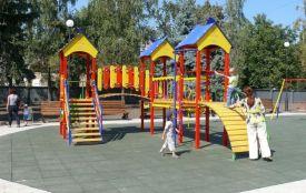 Хмельничанка Алла просить встановити сучасний дитячий майданчик у Лезневому